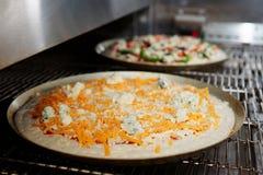 Ostpizza som skriver in den industriella ugnen Royaltyfri Fotografi