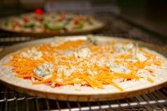 Ostpizza som skriver in ugnen Royaltyfri Bild