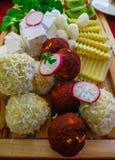 Ostplatta: Bollar av ost som svepas i kokosnötchiper och kakao royaltyfri fotografi