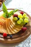 Ostplatta med frukt på tabellen Royaltyfri Bild