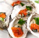 Ostras com caviar vermelho Foto de Stock Royalty Free