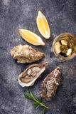 Ostras frescas con el limón y el vino blanco fotos de archivo libres de regalías