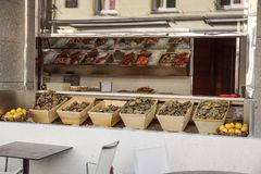 Ostras frescas no mercado de rua em agradável, França fotos de stock royalty free