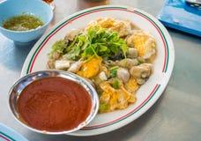 Ostras fritas con la comida tailandesa del eeg con la salsa picante en plato fotos de archivo libres de regalías
