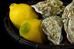 Ostras y limones Imagenes de archivo