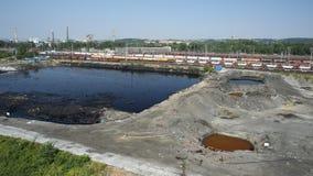 OSTRAVA, RÉPUBLIQUE TCHÈQUE, LE 3 AOÛT 2015 : Déchets toxiques d'ancienne décharge, eau de contamination de lagune d'huile et sol images libres de droits