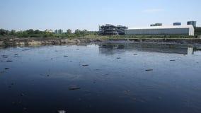 OSTRAVA, RÉPUBLIQUE TCHÈQUE, LE 3 AOÛT 2015 : Déchets toxiques d'ancienne décharge, eau de contamination de lagune d'huile et sol photos libres de droits