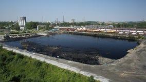 OSTRAVA, RÉPUBLIQUE TCHÈQUE, LE 3 AOÛT 2015 : Déchets toxiques d'ancienne décharge, eau de contamination de lagune d'huile et sol photos stock