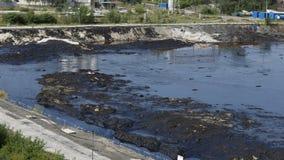 OSTRAVA, RÉPUBLIQUE TCHÈQUE, LE 3 AOÛT 2015 : Les déchets toxiques d'ancienne décharge à Ostrava, lagune d'huile photos libres de droits
