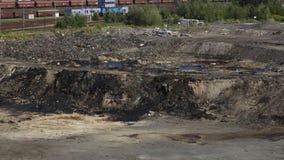 OSTRAVA, RÉPUBLIQUE TCHÈQUE, LE 3 AOÛT 2015 : Les déchets toxiques d'ancienne décharge à Ostrava, lagune d'huile image stock