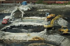 OSTRAVA, RÉPUBLIQUE TCHÈQUE, LE 28 AOÛT 2018 : Liquidation de remédiation du gaspillage d'huile toxique, polluants empoisonnés images libres de droits