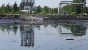 OSTRAVA, REPÚBLICA CHECA, O 3 DE AGOSTO DE 2015: Os resíduos tóxicos anteriores da descarga em Ostrava, lagoa do óleo, Ostramo Ef video estoque