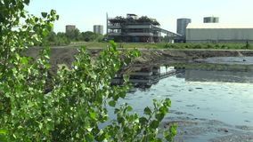 OSTRAVA, REPÚBLICA CHECA, O 3 DE AGOSTO DE 2015: Os resíduos tóxicos anteriores da descarga em Ostrava, lagoa do óleo, Ostramo, e vídeos de arquivo