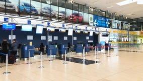 OSTRAVA, REPUBBLICA CECA - 25 GENNAIO 2019: Personale dell'aeroporto davanti al corridoio con la gente durante la registrazione,  archivi video