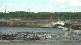 OSTRAVA, REPUBBLICA CECA, IL 28 AGOSTO 2018: Il precedenti rifiuto tossico, suolo contaminato ed acqua dello scarico con i prodot archivi video