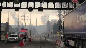 OSTRAVA, republika czech, GRUDZIEŃ 17, 2017: Fabryka dla przetwarzać gorący metal i stal, smog w mieście Ostrava, brama zbiory