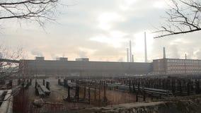 OSTRAVA, republika czech, GRUDZIEŃ 17, 2017: Fabryka dla przetwarzać gorący metal i stal, smog w mieście Ostrava, pył wewnątrz zbiory wideo