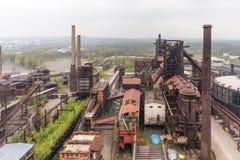 Ostrava, republika czech - Kwiecień 17, 2018: Panoramiczny widok niski Vitkovice okręg od Sworzniowy wierza w Ostrava, Czeski ryp fotografia stock
