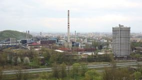 OSTRAVA, republika czech, STYCZEŃ 18, 2018: Fabryczne dymne sterty Grzejna roślina miasto Ostrava Privoz i zdjęcie wideo