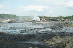 OSTRAVA TJECKIEN, AUGUSTI 28, 2018: Avfalls för likvidering för oljaförorening giftlig av remediation förgiftade föroreningar arkivbilder
