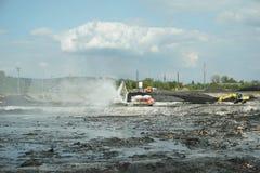 OSTRAVA TJECKIEN, AUGUSTI 28, 2018: Avfalls för likvidering för oljaförorening giftlig av remediation förgiftade föroreningar arkivbild