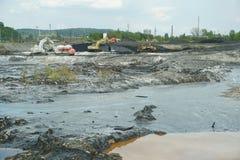 OSTRAVA TJECKIEN, AUGUSTI 28, 2018: Giftlig avfalls för oljalikvidering av remediation förgiftade föroreningar, grävskopa och arkivbild