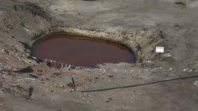 OSTRAVA TJECKIEN, AUGUSTI 3, 2015: Giftlig avfalls för tidigare förrådsplats, olje- lagunföroreningsvatten och jord Royaltyfri Fotografi