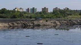 OSTRAVA TJECKIEN, AUGUSTI 3, 2015: Giftlig avfalls för tidigare förrådsplats, olje- lagunföroreningsvatten och jord Arkivfoton