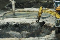 OSTRAVA TJECKIEN, AUGUSTI 28, 2018: Likvidering av remediation av giftlig avfalls av olja, förgiftade föroreningar arkivfoton