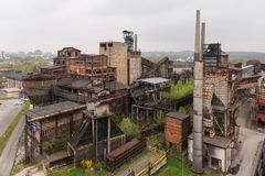 Ostrava, Tschechische Republik - 17. April 2018: Panoramablick des unteren Vitkovice-Bezirkes vom Bolzenturm in Ostrava, tschechi stockbilder