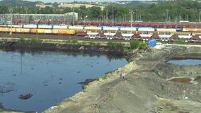 OSTRAVA, TSJECHISCHE REPUBLIEK, 3 AUGUSTUS, 2015: De eerstgenoemden dumpen giftig afval in Ostrava, olielagune Gevolgenaard van stock footage