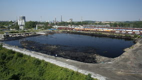 OSTRAVA, TSJECHISCHE REPUBLIEK, 3 AUGUSTUS, 2015: Vroeger stortplaats giftig afval, de verontreinigingswater van de olielagune en Stock Foto's