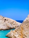 Ostre skaliste krawędzie i piękni różni cienie błękitne wody morskie Crete, Grecja zdjęcia stock