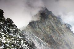 Ostrej krawędzi grań w chmurach, Slavkovsky szczyt, Wysoki Tatras Zdjęcie Royalty Free