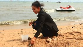 Ostriche del fermo del pescatore sulla costa stock footage