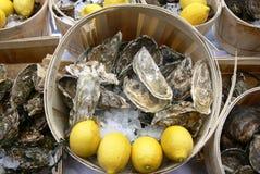 Ostriche e limoni nel mercato dell'alimento Fotografia Stock Libera da Diritti