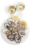Ostriche e vino bianco su priorità bassa bianca Immagini Stock Libere da Diritti