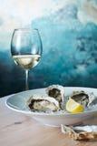 Ostriche fresche e un vetro di vino Fotografia Stock Libera da Diritti