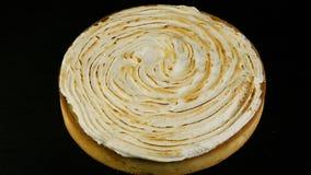 Ostrość z cytryna torta dekorował z białą mousse śmietanką zdjęcie wideo
