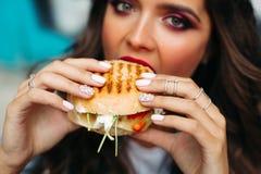 Ostrość na dziewczyny ` s rękach z perfect manicure'em trzyma wyśmienicie cr Obraz Stock