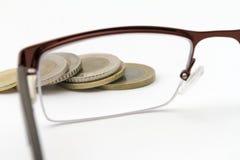 Ostrość na pieniądze - monety zdjęcia stock