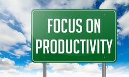 Ostrość na produktywności - Zielony autostrada kierunkowskaz Zdjęcie Royalty Free