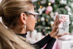 Ostrość na twarzy Kobieta wręcza trzymać małego eleganckiego prezent z faborkiem Wakacje i świętowania pojęcie Zdjęcie Stock