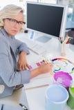Ostrości projektant wnętrz patrzeje colour mapy Zdjęcie Stock