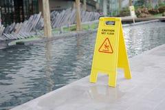 Ostrożność mokry podłogowy znak ostrzegawczy blisko stawu zdjęcie royalty free