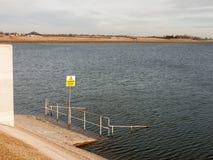 ostrożności głębokiej wody żółty znak zanurzał struktury natury reserv fotografia royalty free