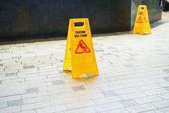 ostrożności podłoga znaka ostrzeżenie mokry obraz stock