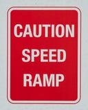 Ostrożności prędkości rampy znak ostrzegawczy obrazy royalty free