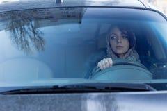 Ostrożny żeński kierowca obraz stock