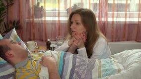 Ostrożny żony obsiadanie przeciw choremu mężowi w łóżku szpitalnym zbiory wideo